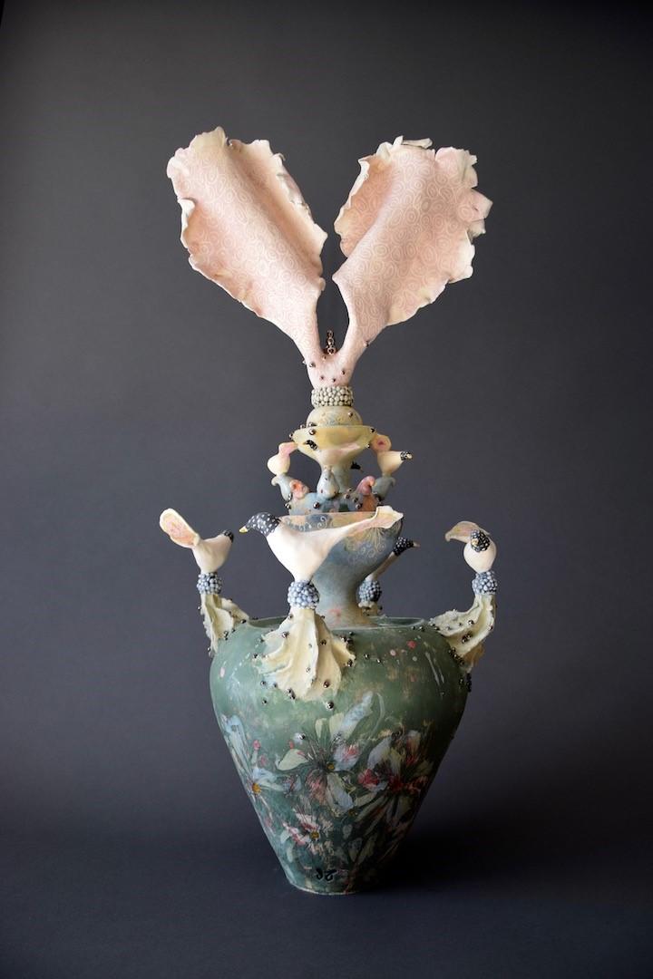 Keramiek beeld Evergreen, aardewerk oa. opgebouwd uit ringen, vogeltjes en balletjes. in meerdere lagen bewerkt met engobes, glazuren en glazuurpotlood