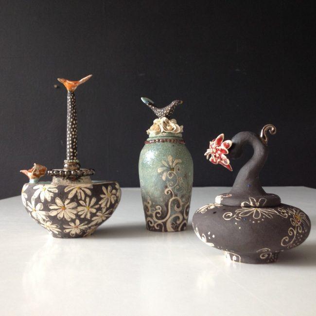 Mini urnen, aardewerk, bewerkt met egobes,glazuren, glazuurpotlood.
