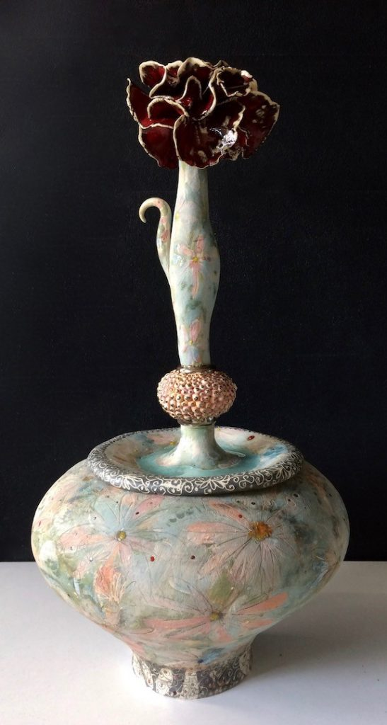 Keramische urn, Nr IV - handgemaakte urn van aardewerk. Bewerkt in verschillende lagen met engobes, glazuurpotlood en glazuren.