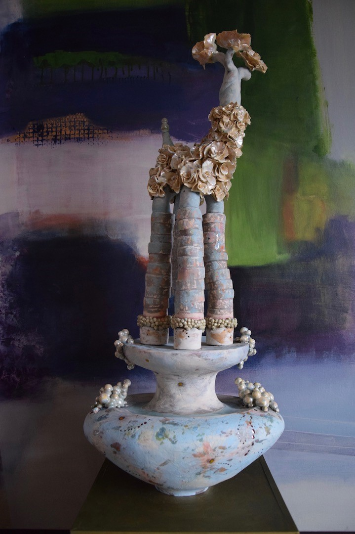 Keramiek sculpture Oh So Blue. het beeld bestaat uit twee delen. Aardewerk opgebouwd uit ringen en bewerkt in meerdere lagen met engobes en glazuren.