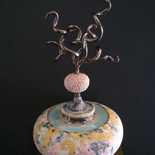 handgemaakt keramische urn. Aardewerk, opgebouwd uit ringen en bewerkt in verschillende lagen met engobes, glazuren en glazuurpotlood