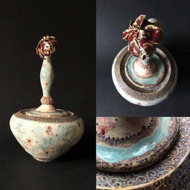 aardewerk urn. Handgevormd, beschilderd en bewerkt met engobes, glazuren en glazuurpotlood.