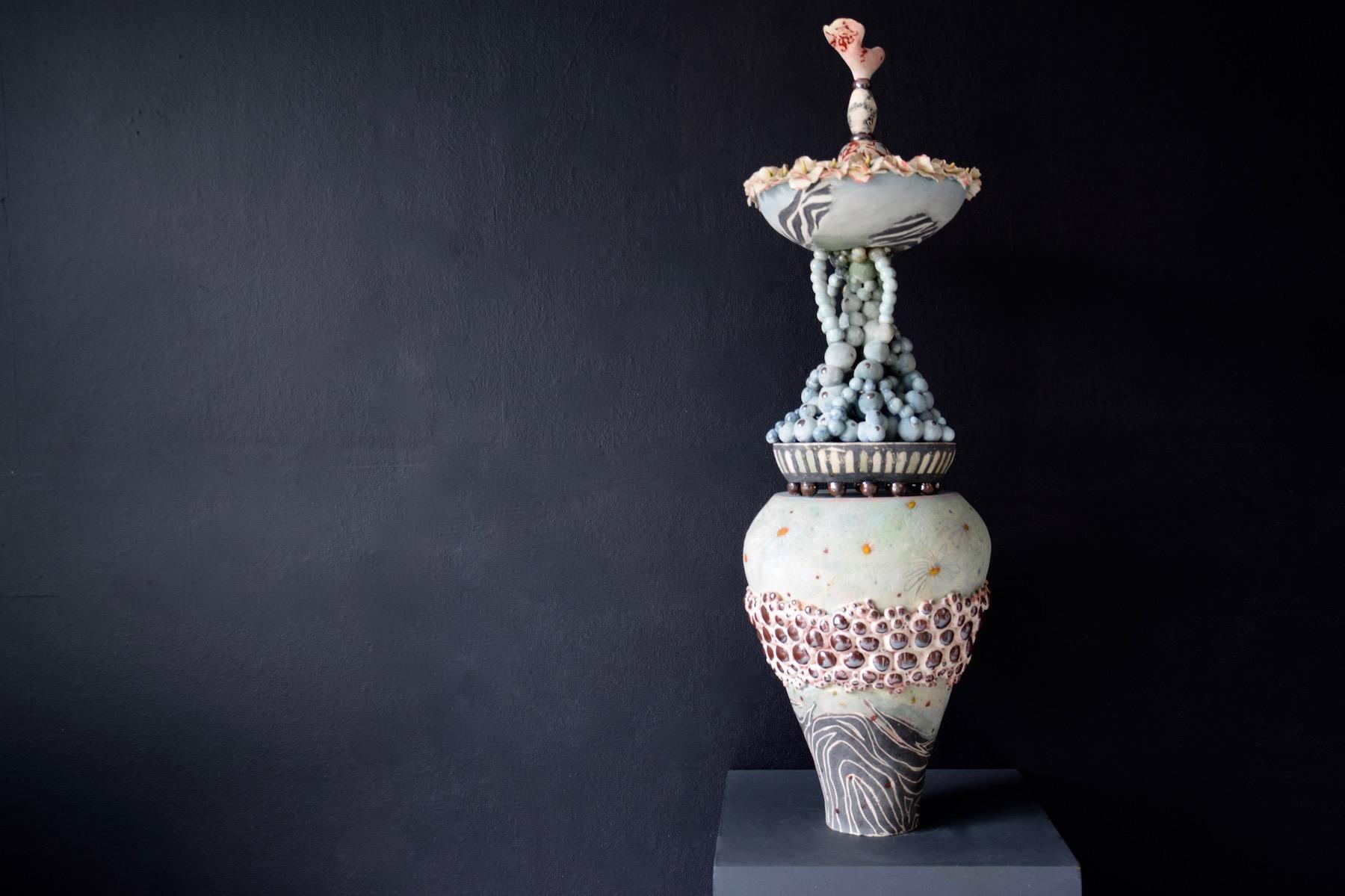 Keramiek sculptuur. Aardewerk opgebouwd uit ringen en bolletjes (bovenkant). Bewerkt met engobes en glazuren