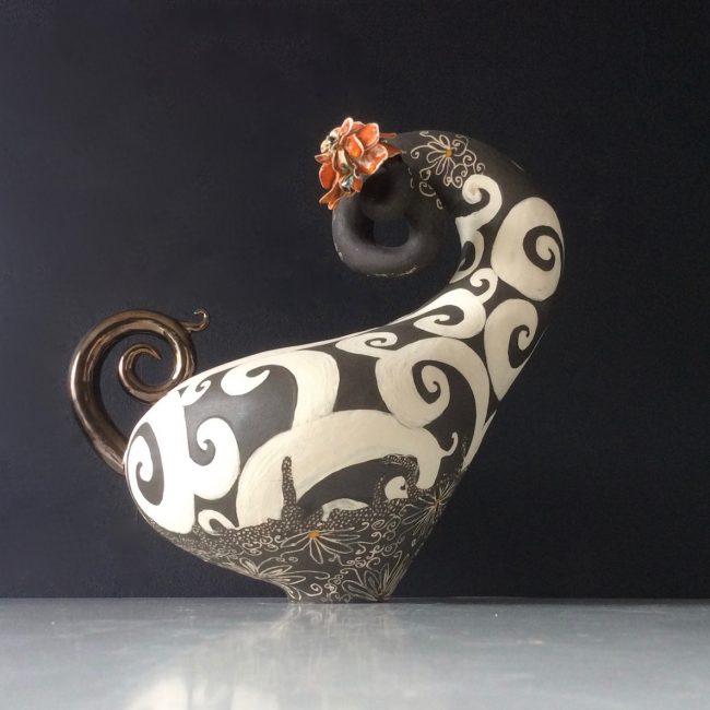 Keramiek sculptuur. Aardewerk opgebouwd uit ringen en bewerkt met engobes en glazuren.