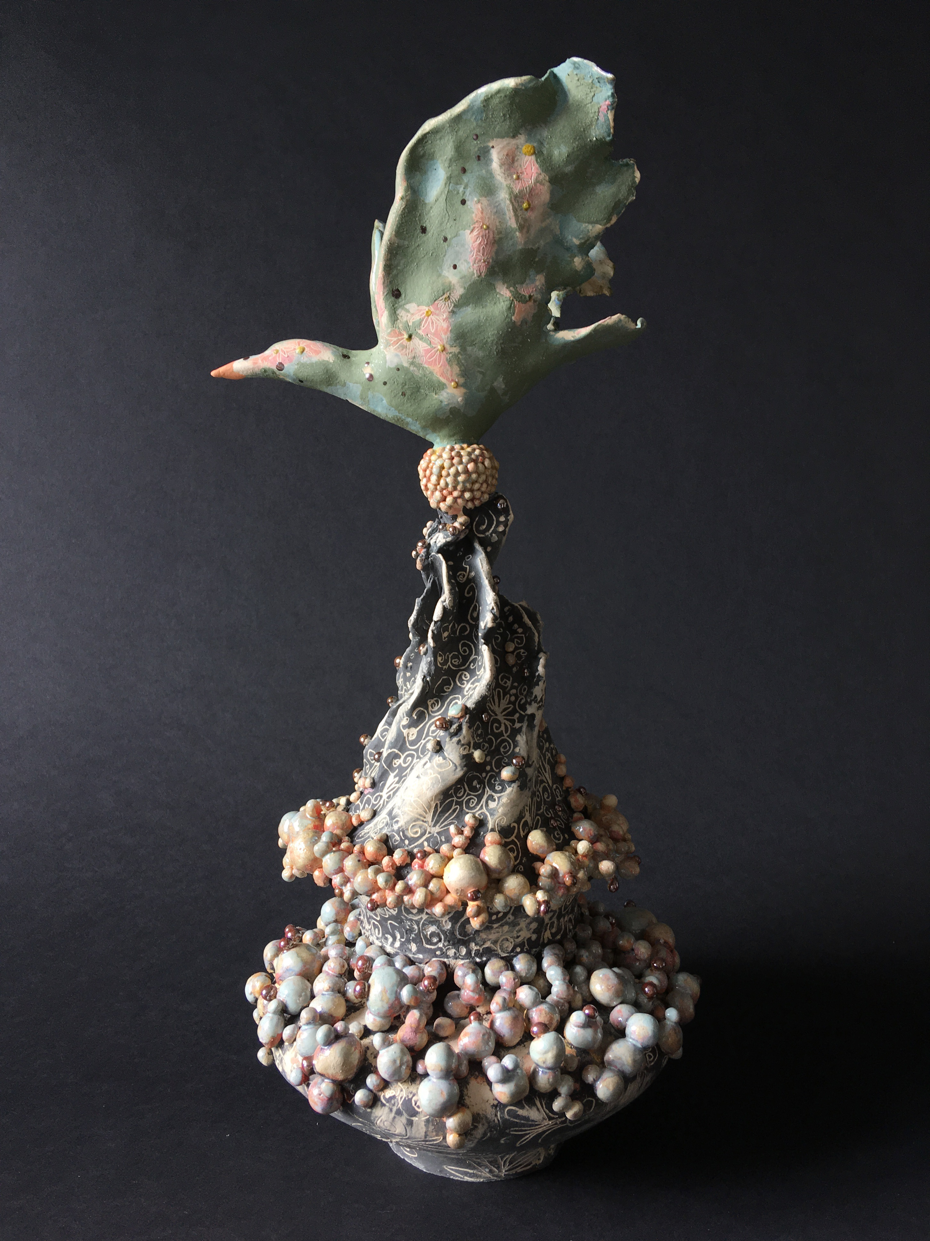 Keramiek sculptuur. Aardewerk bewerkt met engobes, glazuren en glazuurpotlood.