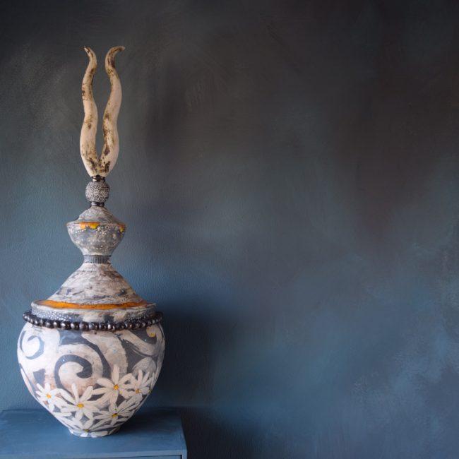keramiek sculptuur. aardewerk opgebouwd uit ringen en bewerkt met meerdere lagen engobes en glazuren.