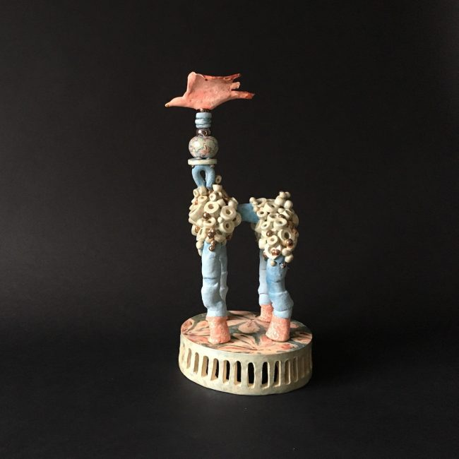 Keramiek sculptuur. Aardewerk opgebouwd uit buisvormen en rondjes op aardewerk plateau. Bewerkt met engobes en glazuren.