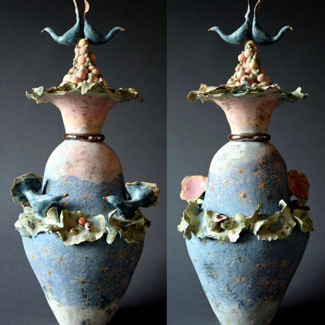 Keramiek. aardewerk opgebouwd uit ringen en balletjes aan de top. Bewerkt met engobes en glazuren.