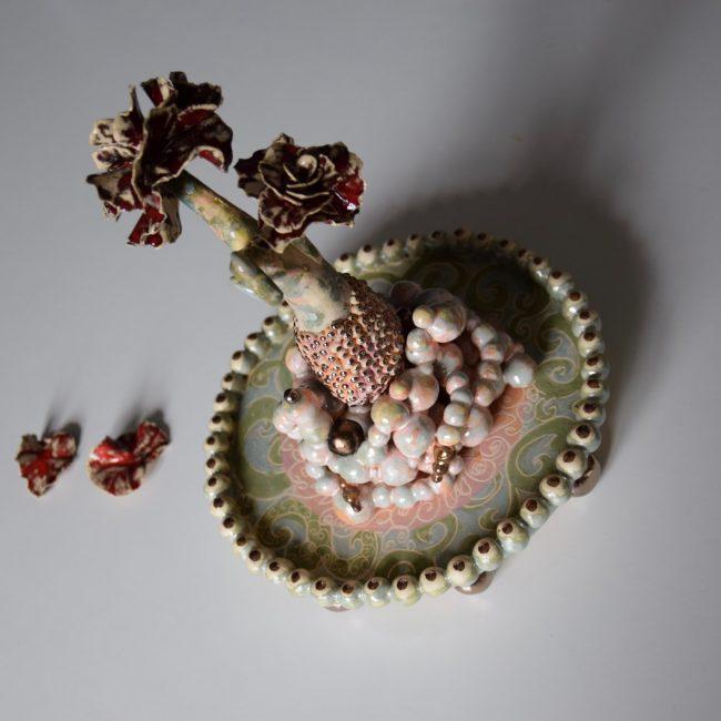 Keramiek. Aardewerk miniatuur sculptuur op aardewerk plateau (onder glazen stolp) Bolletjes, stuk voor stuk met de hand gemaakt. Bewerkt met engobes en glazuren.