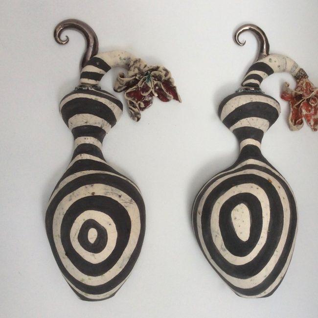 Wandsculptuur van keramiek. Aardewerk opgebouwd uit ringen en bewerkt met engobes en glazuren.