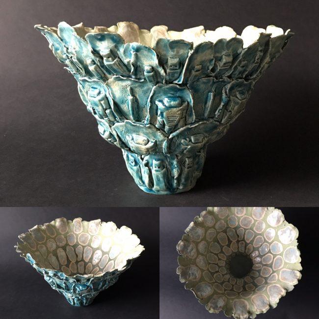 Keramiek sculptuur. aardewerk opgebouwd uit drukvormen van verschillende connectoren. De binnenkant is bewerkt met engobes en glazuren, de buitenkant is volledig geglazuurd.