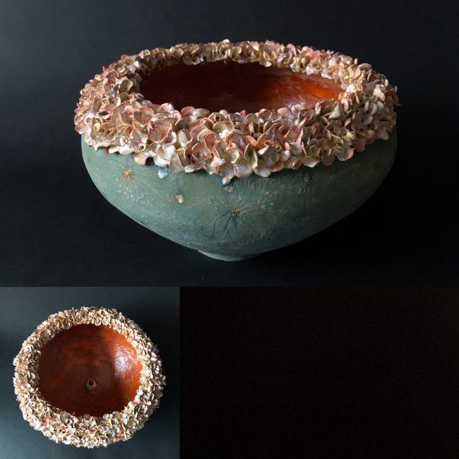 Keramiek, schaalvorm. Aardewerk, opgebouwd uit ringen rn bewerkt in meerdere lagen met engobes, glazuren en glazuurpotlood. Rand met bloemmotief, stuk voor stuk met de hand gemaakt.