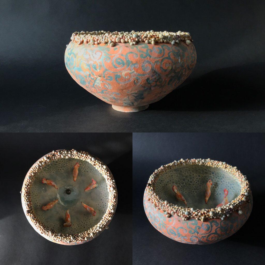 Keramiek. Aardewerk schaalvorm opgebouwd uit ringen en de bovenste rand uit balletjes, stuk voor stuk met de hand gedraaid. Bewerkt met engobes en glazuren.