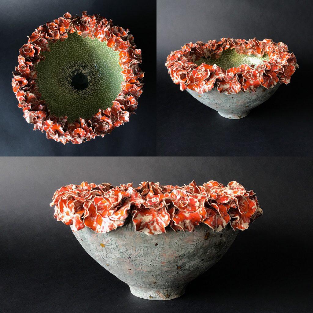 Keramiek. Aardewerk schaalvorm opgebouwd uit ringen en de bovenste rand uit blokvormige blaadjes, stuk voor stuk met de hand gemaakt. Bewerkt met engobes en glazuren.