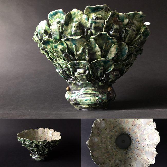 keramiek sculptuur. aardewerk schaalvorm opgebouwd uit drukvormen van verscheidene connectoren. Binnenkant bewerkt in verschillende lagen met engobes en glazuur. Buitenkant volledig geglazuurd.