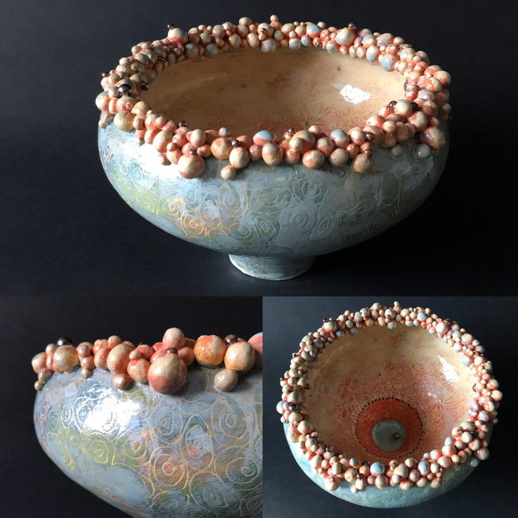 keramiek. Aardewerk schaalvorm opgebouwd uit ringen en balletjes aan de top. Bewerkt met engobes en glazuren.