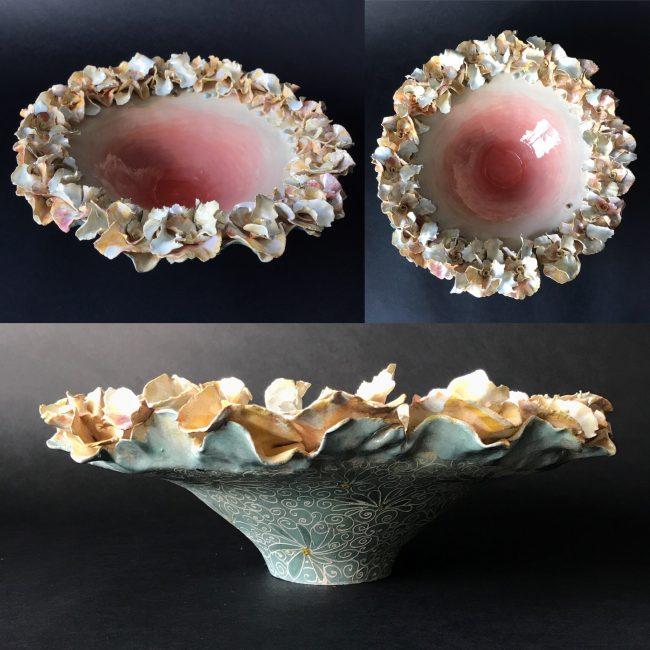 aardewerk, handopgebouwd uit ringen. bewerkt met bloemmotieven van aardewerk, gekleurd met engobes en aan binnenkant transparant geglazuurd.