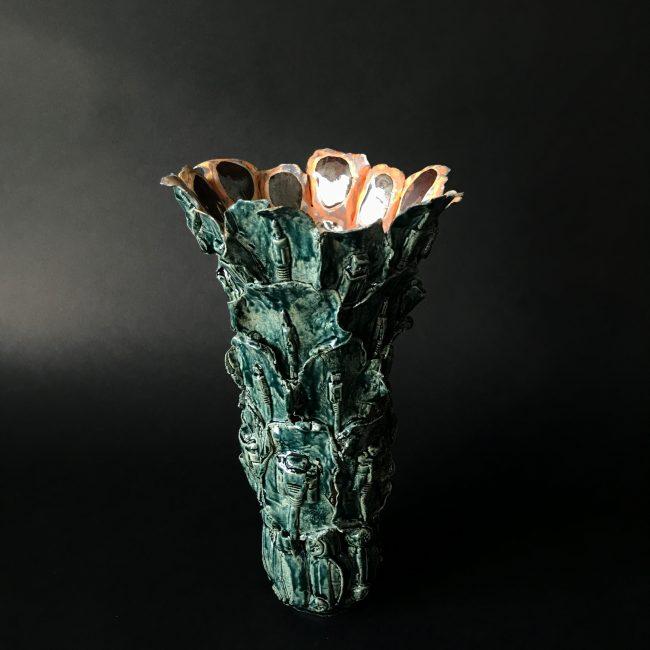 Keramiek sculptuur. Aardewerk opgebouwd uit drukvormen van verscheidene connectoren. Binnenkant is bewerkt met glazuren en engobes. de buitenkant is volledig geglazuurd.