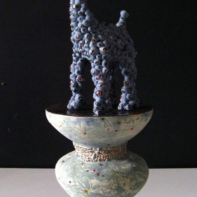Keramiek sculptuur. Aardewerk opgebouwd tot ringen en bolletjes (dierfiguur).