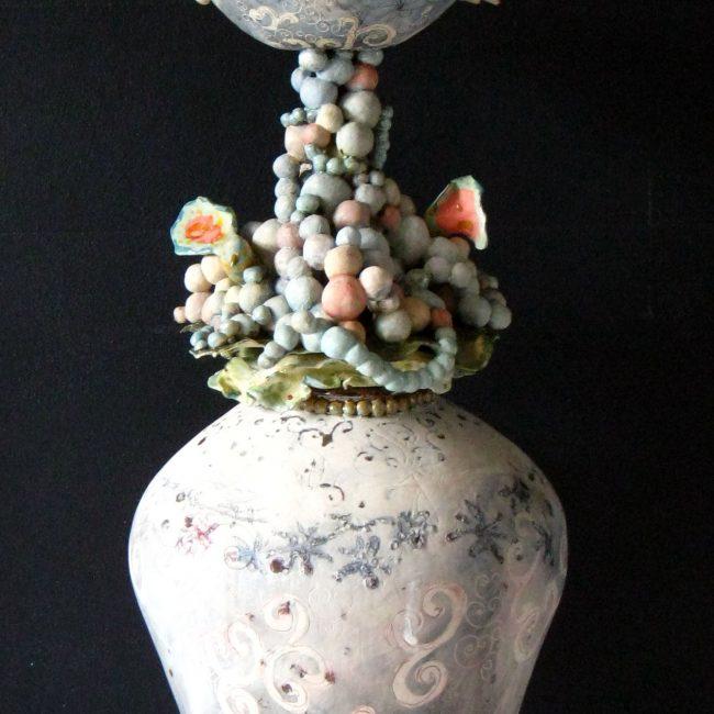 keramiek sculptuur. Aardewerk opgebouwd tot ringen en bolletjes Bewerkt in meerdere lagen met engobes, glazuren en glazuurpotlood.