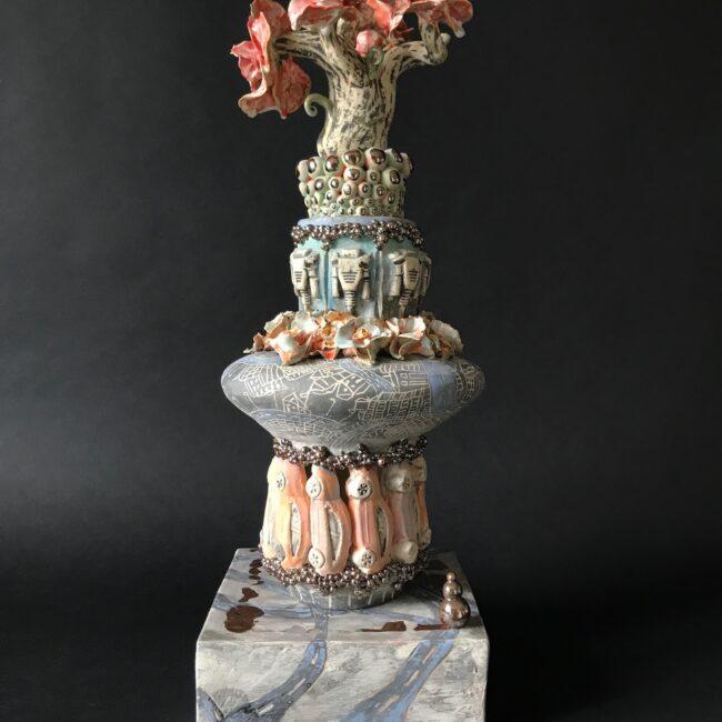Aardewerk sculptuur - FlowerPower 0.55 - keramiek sculptuur, opgebouwd uit platen, ringen en drukmalvormen van auto en verscheidene connectoren. Bewerkt met engobes en glazuren. Bolletjes, auto's, connectoren en bloemfiguren vormen samen een schilderachtige sculptuur .