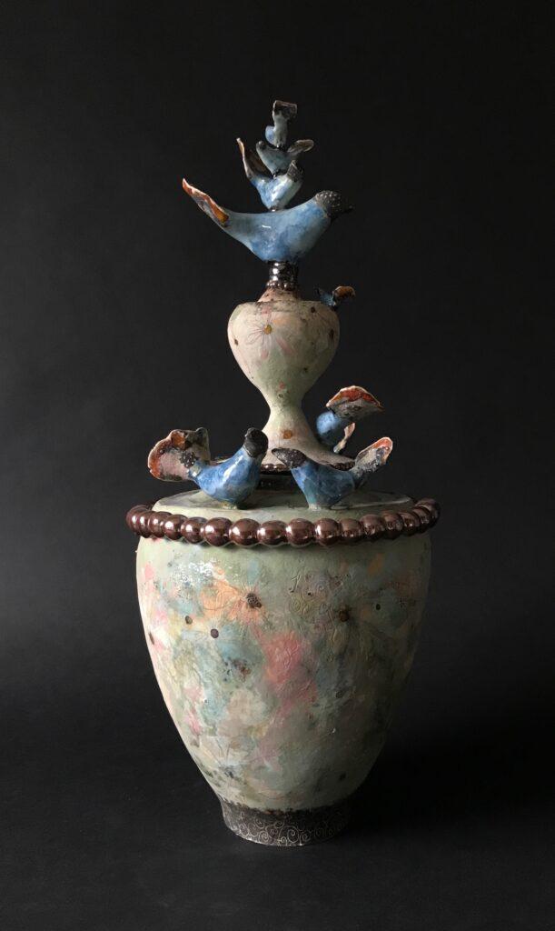 Handgevormde urn. Keramiek. Aardewerk opgebouwd uit ringen. Beschilderd en bewerkt met engobes,glazuren en glazuurpotlood. inhoud 5 liter.